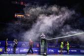北京时间11月15日,中羽赛进行最后一天比赛,女双决赛中现场突然浓烟冒起,比赛被迫中断。