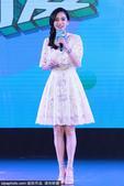 """2021-04-19,北京,荣获""""中国儿童发展亲善大使""""的Angelababy现身某活动,一袭白色长裙..."""