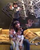 """5日傍晚,林志颖在微博上晒出一组kimi和钟丽缇两个女儿开心玩耍的照片,网友留言调侃称""""这是娃娃亲的..."""