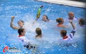 2012年8月12日,2012年伦敦奥运会男子10米台决赛,戴利夺铜牌团队跳下水庆祝。 更多奥运视...