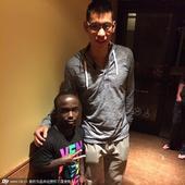 来自美国纽约的29岁男子加曼尼-斯万森身高仅1.35米,但其篮球技能却超过许多身材高大的职业球员。斯...