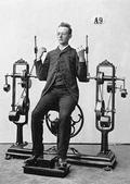 一组拍摄于1892 年的老照片展示维多利亚时代的人是如何健身的,由古斯塔夫o山德尔博士发明的健身器械...