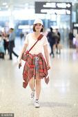 搜狐娱乐讯 (视觉中国/图文)5月5日,袁姗姗现身上海机场返回北京,她身着白T、牛仔短裤、腰间系红色...