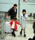 2015年01月08日讯,上海,陆毅和老婆鲍蕾带着女儿贝儿一起出现在上海虹桥机场,当天贝儿戴着一副亮...