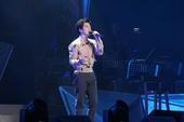 """看见李健""""巡回演唱会2016年首站上海站1月9日晚正式开唱,超过一万两千名观众挤爆现场。如期而至的李..."""