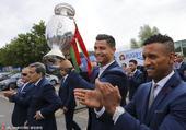 当地时间2016年7月11日,法国巴黎,葡萄牙国家队携德劳内杯现身,致谢球迷。球员们西装革履,笑容满...