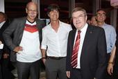 北京时间7月14日,德国队在世界杯决赛中击败阿根廷捧杯。在比赛之后,德国队在下榻的酒店举办了夺冠庆祝...