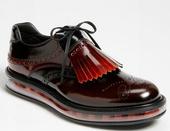 Prada曾经推出过厚底的男士皮鞋,但款式过于休闲,此次的Levitate Air Collecti...