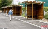 """当地时间2013年8月24日,瑞士苏黎世设立的木制开放式、外形像车库的""""车震专区""""(sex box)..."""