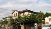 日本是土地私有制,各家的汽车都必须停在自家土地上或者租用停车场,不像国内停在公用部分导致堵车或其他开...