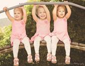 据英国《每日邮报》11月1日报道,近日,网上一组精美的组图吸引了众人的目光。图片中,三胞胎小女孩们摆...