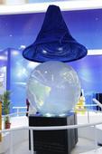 2016年珠海航展11月1日开幕,搜狐军事现场探馆。在航天馆内,中国海洋风场探测仪格外抢眼,造型特殊...