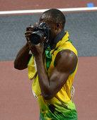 当地时间2012年8月10日,博尔特夺冠后耍宝,借来单反与摄影师一比高下。更多奥运视频>> 更多奥运...