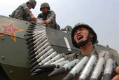 6月20日,济南军区某团官兵为新型战车加装弹药。中国军网 特约通讯员李书伟 摄