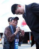 北京时间2012年8月7日,姚明在场外遇到前男篮队员88岁的吴成章,两人亲切交流。更多奥运视频>> ...