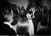搜狐娱乐讯 乔治-克鲁尼大婚未曝光照片流出,黑白构色的照片中克鲁尼与妻子艾莫-阿拉慕丁两人额头相...