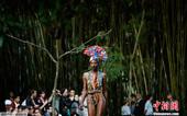 2012年6月14日,2012/2013巴西圣保罗夏季时装周继续上演,模特们在室外草坪上进行时装展示...