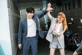 搜狐韩娱讯 5日,韩国SBS电视台电视剧《奇怪的搭档》公开了一组演员愉快进行拍摄的幕后花絮照。...