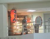 搜狐娱乐讯 近日深陷解约风波中的王大陆出现在上海虹桥机场,在用完餐过后他主动下楼与等待自己的粉丝聊天...