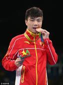 北京时间8月22日,2016里约奥运会拳击男子蝇量级颁奖仪式进行:胡建关获铜牌。