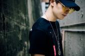 """搜狐娱乐讯 今日,""""狼族少年""""LiCong李聪的又一组街拍照曝光。照片先以凌乱的老巷子为基调,再以彩..."""