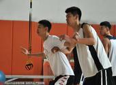 北京时间4月21日,李楠之子李禄瞳现身山东青年队与山东青年队队员一起训练。