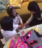 搜狐娱乐讯 5日傍晚,林志颖在网上晒出一组kimi和钟丽缇两个女儿开心玩耍的照片,网友留言调...