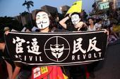 2013年8月18日晚,台北上万民众集会,抗议苗栗县政府强拆民宅,以发展科学园区,而随后更是有上千民...