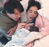 4月12日,Ella平安产子,老公与好姐妹Hebe、Selina都在场。13日,Ella首晒宝宝正面...