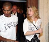 搜狐娱乐讯 2013年8月11日,法国芒通,当地时间8月10日,麦当娜(Madonna)与小男友Br...