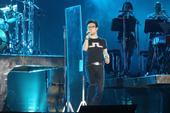 搜狐娱乐讯(肖旋/文 玄反影/图)5月19日晚,汪峰在丰台体育中心为即将开始的巡演进行彩排。...