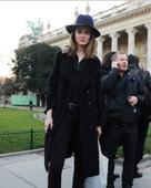 在欧美街头上,穿着大衣的姑娘们远远多于穿着羽绒服,这也证明了一件事情,大衣的款式是多种多样,而设计也...