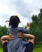 """据中新网报道 3日晚间,邓超通过微博晒出一张与爱女小花妹妹的合照,并留言称,""""小花妹妹十八个月了""""。..."""