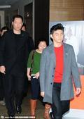 """搜狐娱乐讯 日前,吴奇隆现身某酒店,获众人""""拥簇""""排场大,一路面无表情似有心事。"""