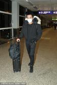 搜狐娱乐讯 1月22日,香港,1月21日,刘恺威晚上11时戴着口罩步出香港机场大堂。记者问他是否生...