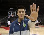 北京时间1月17日,郭少参加全明星训练,在训练中,郭艾伦搞怪不断。