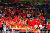 北京时间8月21日,里约奥运会已经进入尾声,中国女排与塞尔维亚女排进行冠军的争夺,图为双方球迷。