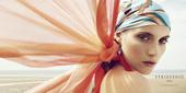 综观所有配件的战斗力指数,丝巾要属当中的佼佼者了,可以当成头巾、轻轻披挂在身上,或是绑成上衣,甚至挂...