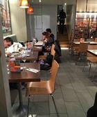 搜狐娱乐讯 上周刚刚完婚的周杰伦和昆凌继续留在英国度蜜月,有不少网友目击小夫妻两人在英国坐地铁,等大...