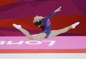 北京时间2012年8月3日,竞技体操女子个人全能决赛进行,美国选手道格拉斯获得金牌,中国选手邓琳琳和...