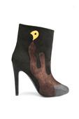 一双款式新颖的高跟短靴在秋冬季节是必不可少的单品,来自Aperla? 2012秋冬款的14双短靴无论...