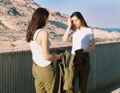 居住在美国纽约的以色列女艺术家玛雅·托莱达诺近日在网上放出了一组她拍摄的以色列女兵照片,记录了这些美...