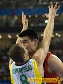 """08年北京奥运会赛场花絮多多,从摄影师巧妙的角度看过去,一幅幅令人莞尔的""""情色图片""""就出现了。 中新..."""
