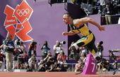 伦敦奥运会男子400米赛场出现了一位特殊的选手,他没有双腿,依靠假肢完成比赛,他晋级了。他叫奥斯卡-...