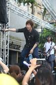 五月天于7月17日回到台北西门町街头,举办新专辑首唱会,虽然下著绵绵细雨,但现场歌迷依旧挤得水��不通...