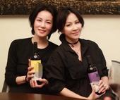 搜狐娱乐讯 6月6日晚,有网友在微博上晒出王菲和刘嘉玲一同聚会饮酒的照片,照片中两人均穿着黑色上衣,...
