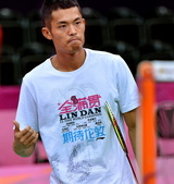 7月24日,中国羽毛球队球员林丹在训练中。当日,林丹在伦敦温布利体育馆进行赛前训练,备战将于28日开...
