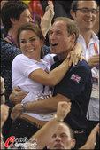 2012年8月3日,2012年伦敦奥运会男子自行车团体竞速赛决赛,威廉王子携王妃观战。二人尽显甜蜜。...