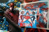 2012年7月16日,英国篮球队员在英国曼彻斯特进行了一场画布油漆活动,鲁尔邓也参加此项活动,并且展...
