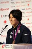 2012年8月2日,2012年伦敦奥运会,日本柔道选手上野顺惠发布会展示奖牌。